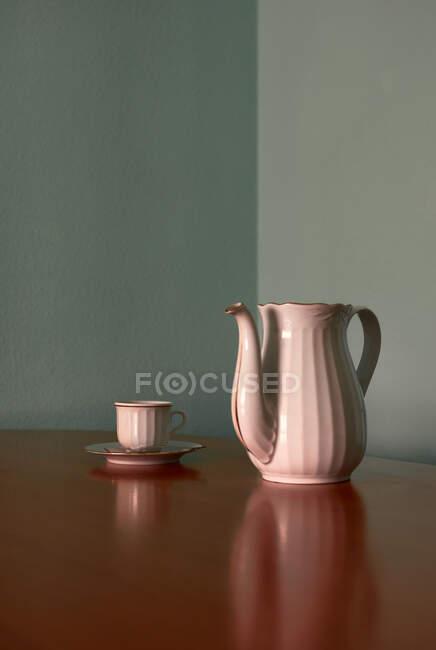 Кофейная чашка и чайник на угловом столе. Концептуальное изображение — стоковое фото