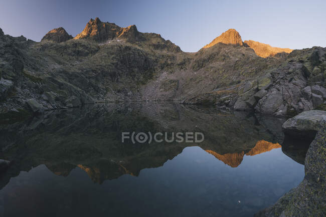 Granite peaks reflections over the lake at Sierra de Gredos, Avila, Spain — стоковое фото