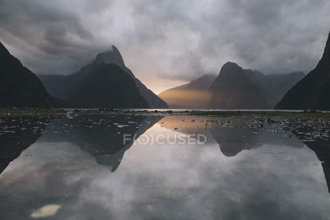Sunset reflection with Mitre peak at Milford Sound, New Zealand — Stock Photo