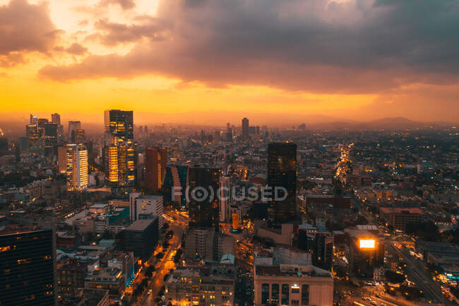 Vue depuis le drone des rues et des maisons de la métropole de Mexico au coucher du soleil — Photo de stock