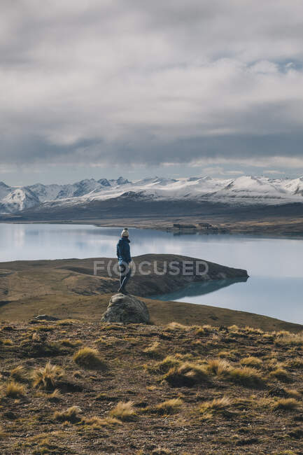 Young woman looks towards the Southern Alps in background New Zealand — Stock Photo