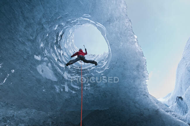 Young woman in climbing gear  ice climbing — Stock Photo