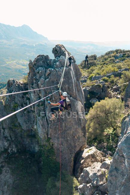 Жінка з шоломом, упряжкою і рюкзаком. Затоплення лінії блискавки в дикій Андалузькій природі. віа феррата в горах.. — стокове фото