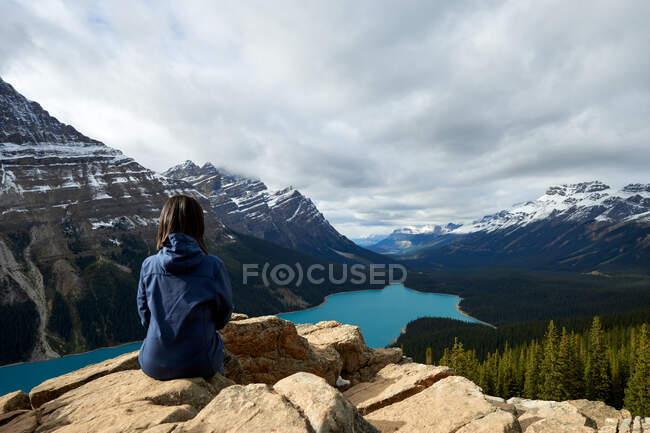 Женщина наслаждается красивым пейзажем с горным озером, Канада — стоковое фото