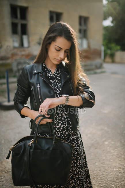 Jovem atraente com jaqueta de couro e vestido — Fotografia de Stock