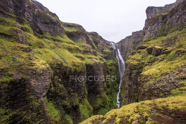 Hermosa vista de las montañas con cascada - foto de stock