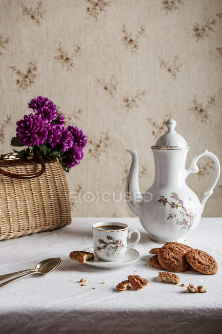 Ароматный кофе подается на классической посуде с домашним печеньем в старинном доме — стоковое фото