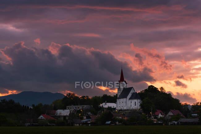 Iglesia gótica en el pueblo de Turciansky Dur, región de Turiec, Eslovaquia. - foto de stock