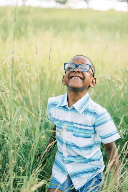 Dulce niño jugando al aire libre en las vides - foto de stock