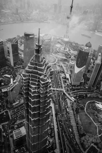 Vista aerea mozzafiato sopra la Jin Mao Tower a Shanghai, Cina circondata da nuvole HQ Circa 2018 — Foto stock