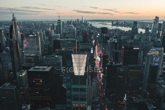 Circa septiembre 2019: Vista espectacular sobre Dark Epic Manhattan, New York City Skyline justo después de Sunset HQ - foto de stock
