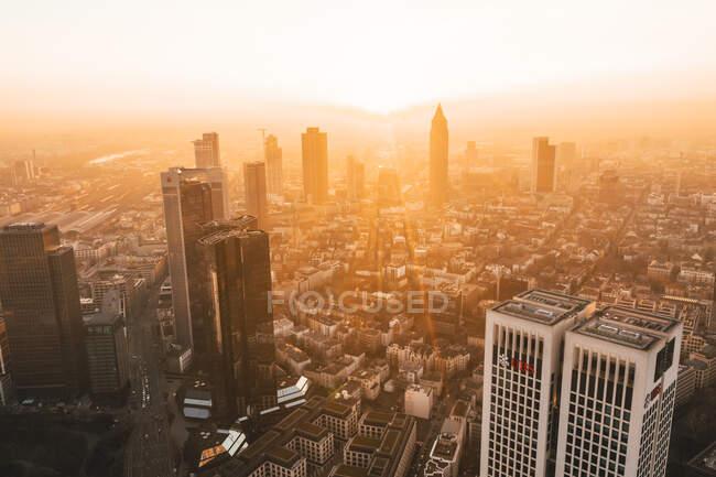 Vue imprenable sur Francfort-sur-le-Main, Allemagne Skyline dans le matin d'hiver Hazy dans le quartier général Belle lumière du lever du soleil — Photo de stock