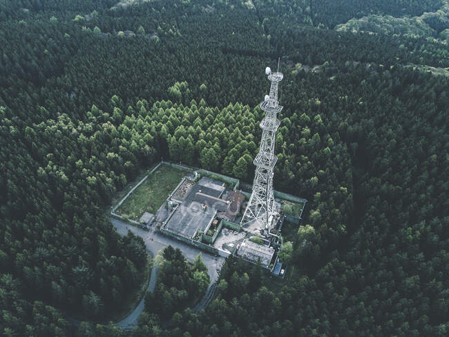 AERIAL: Drone Shot of old Abandones Radio Tower Station in Rich Green Forest — стокове фото
