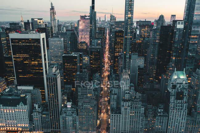 Близько вересня 2019: драматичний вид на Dark Epic Manhattan, Нью-Йорк Авеню відразу після Sunset з City Lights HQ — стокове фото