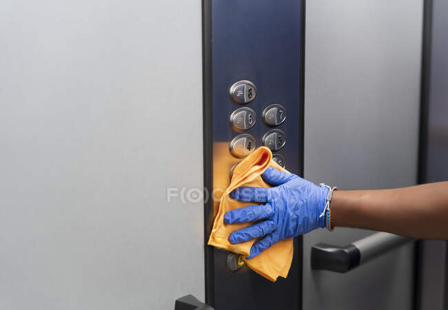 Cleaning professional thoroughly disinfecting elevator push buttons — Fotografia de Stock