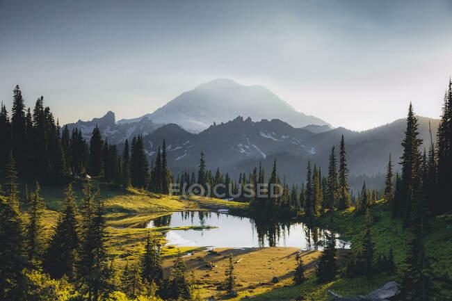 Красивый пейзаж с озером и горами на фоне природы — стоковое фото