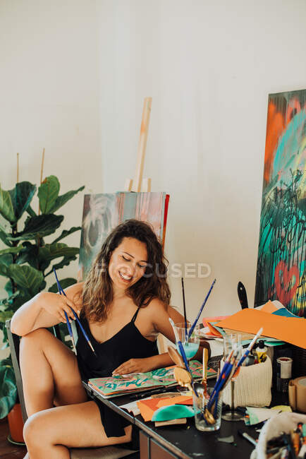Beautiful young woman painting a picture — Stock Photo