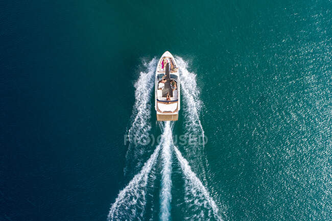 Veduta aerea di una barca che naviga sulle bellissime acque blu del lago Tahoe vicino al lago South Tahoe, California. — Foto stock