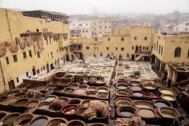 Vista de la curtiduría de cuero en fez, Marruecos - foto de stock