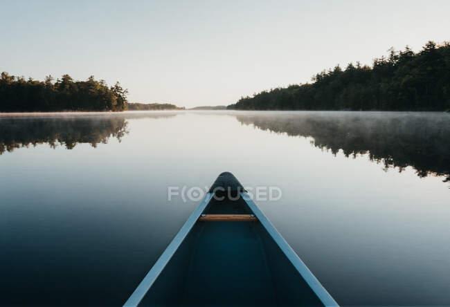 Muelle de madera en el lago - foto de stock