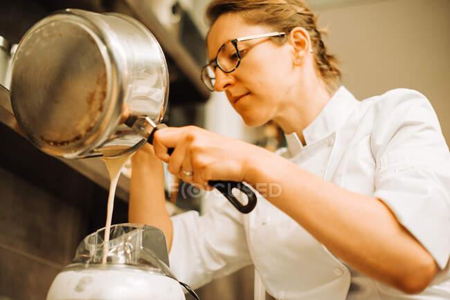 Köchin arbeitet in Restaurantküche — Stockfoto