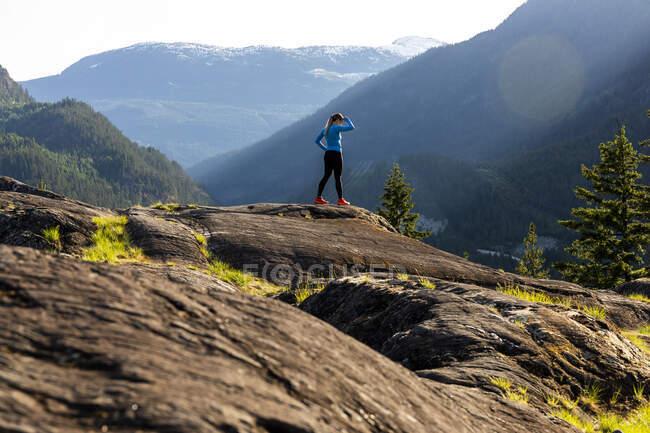 Спортсмен біжить по каміннях у високогір