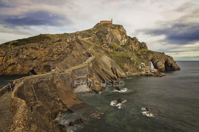 San Juan de Gaztelugatxe a Bermeo (Pais Vasco, Spagna). E 'un'isola molto famosa. Sull'isola c'è un eremo. — Foto stock