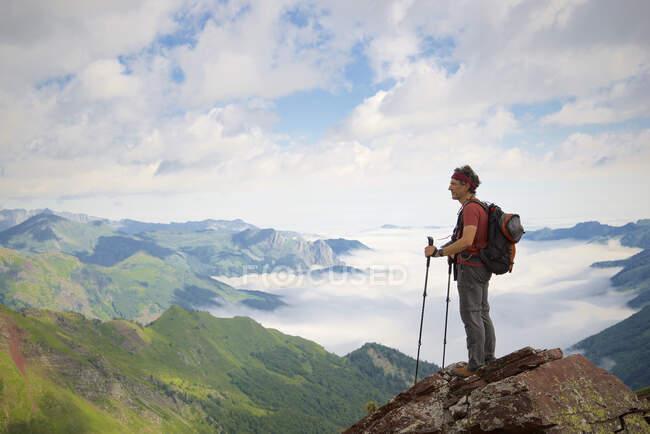 Senderista en Aspe Valley, Pirineos en Francia. - foto de stock