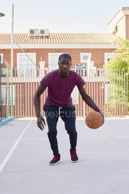 Молодой чернокожий мужчина, играющий в баскетбол — стоковое фото