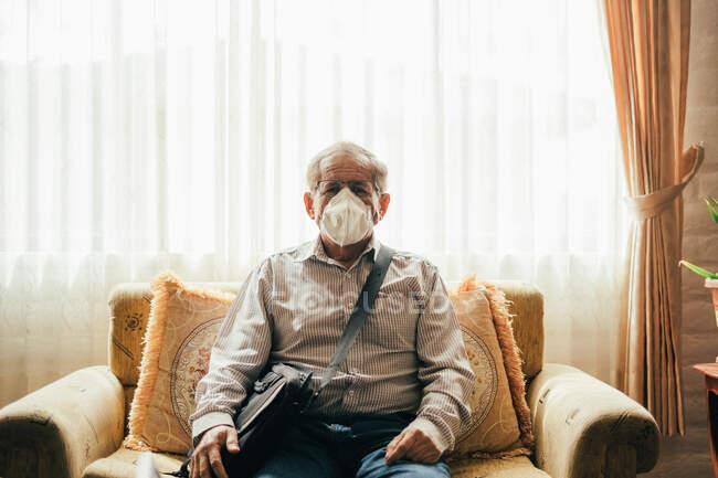 Homem velho trabalhando em quarentena pandêmica — Fotografia de Stock