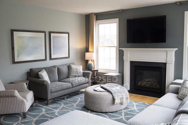 Interior del moderno salón con sofá y chimenea - foto de stock