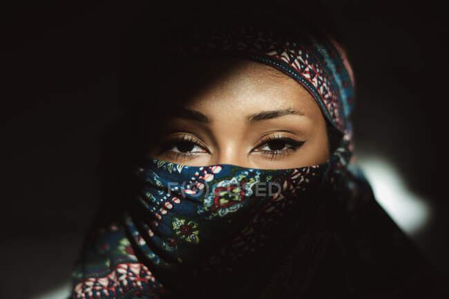 Joven hermosa mujer usando un hijab - foto de stock