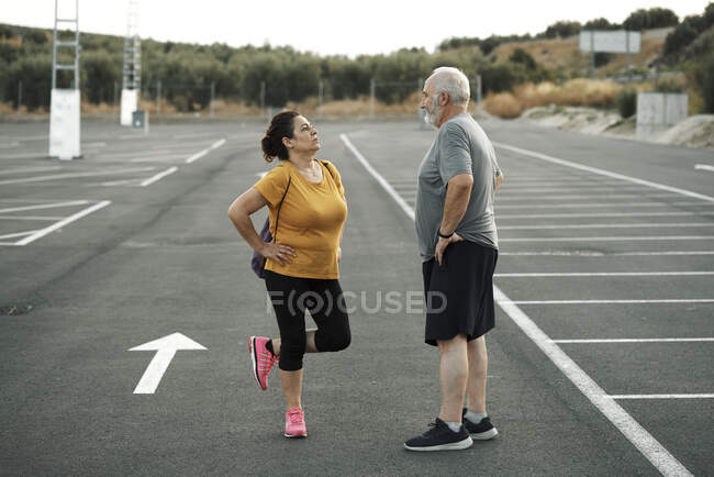 A middle-aged man and woman get ready to exercise — Stock Photo