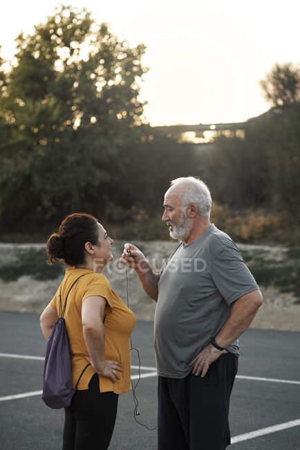 Пожилая пара делит гарнитуру для спорта — стоковое фото