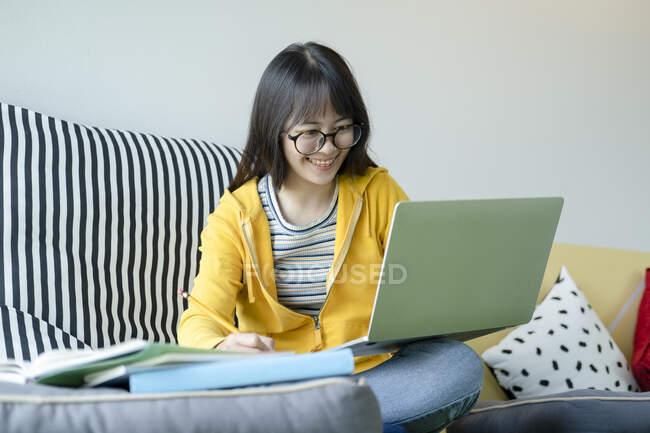 Jeune collage étudiant utilisant ordinateur et appareil mobile étudiant en ligne. Éducation et apprentissage en ligne. — Photo de stock