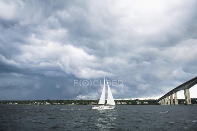 Черно-белая яхта на фоне прекрасного летнего дня. — стоковое фото