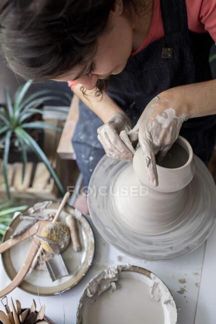 Jovem mulher trabalhando em cerâmica — Fotografia de Stock