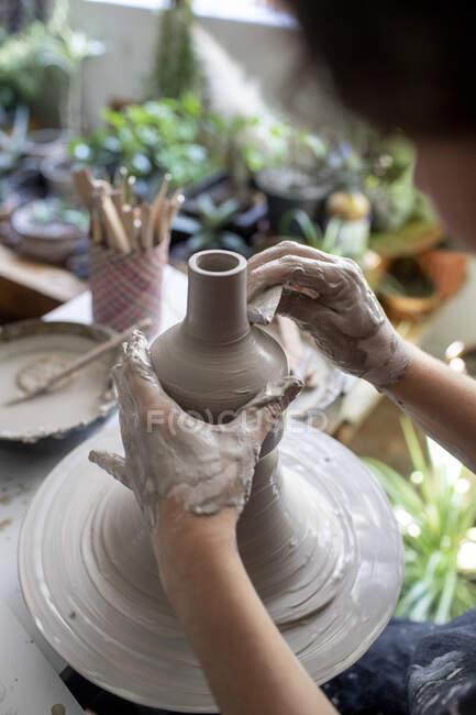 Молода жінка працює на кераміці. — стокове фото
