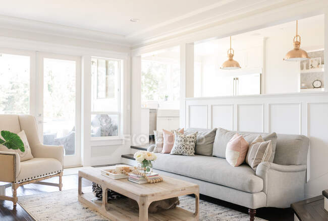 Interior del moderno salón con sofá y mesa - foto de stock