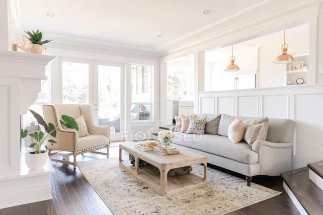 Interior de una moderna sala de estar con sofá y mesa - foto de stock