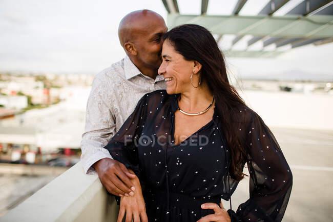 Retrato de feliz hermosa pareja amorosa en San Diego - foto de stock