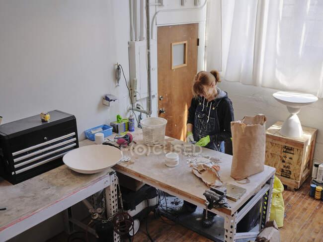 Професійна жінка-скульптор працює з штукатуркою у своїй майстерні. — стокове фото