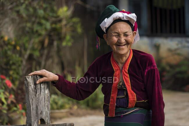 Старша жінка з племені Палон посміхається перед камерою, поблизу міста Сипау (М