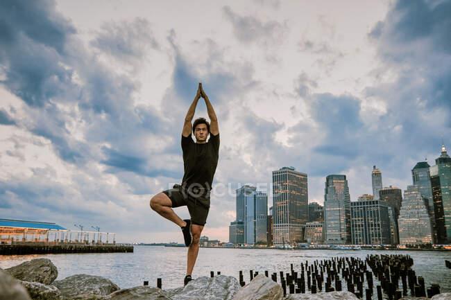 Joven bailarín ejercicio en la ciudad - foto de stock