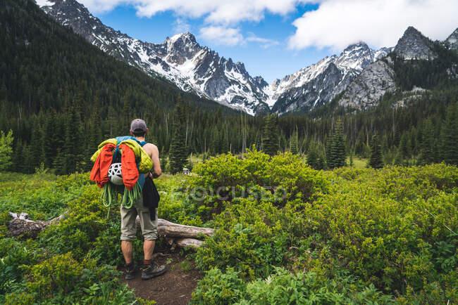 L'uomo guarda il suo obiettivo negli Incantesimi, Washington. — Foto stock