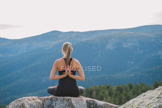 Медитация йога позы в природе внутренний мир — стоковое фото