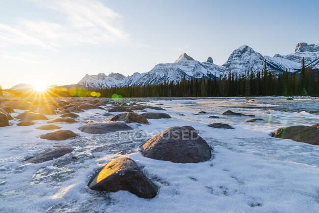 Bellissimo paesaggio con montagne innevate e fiume — Foto stock