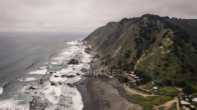 Bella vista della costa del mare sullo sfondo della natura — Foto stock