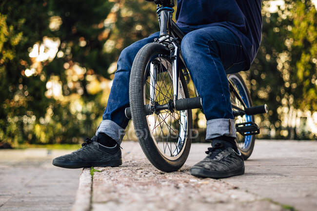 Close up of a man posing with his bmx bike that his face cannot be seen — Stock Photo