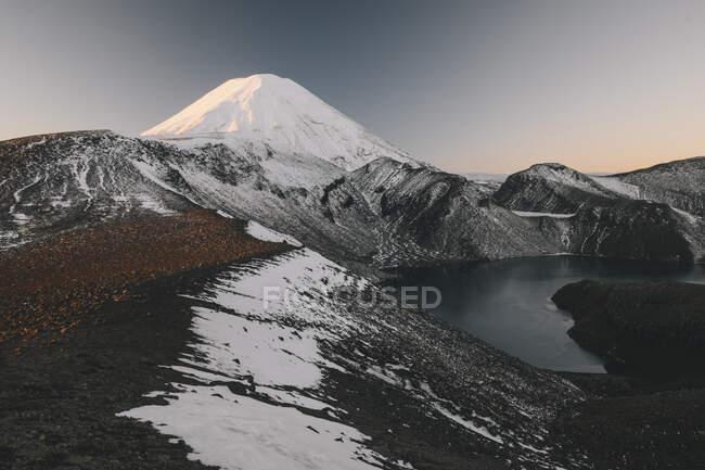Der Ngauruhoe im Hintergrund am oberen Tama-See, Tongariro, Neuseeland — Stockfoto